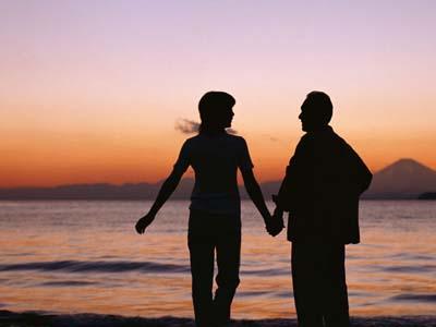 老人牵手看夕阳图片