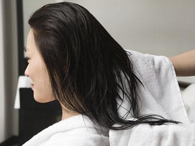 濕著頭發睡覺危害大 可致頭痛