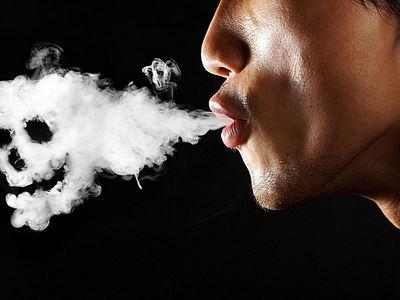 男人吸烟的姿态能体现他的心理