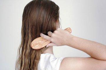 怎样梳理头发才好看_怎样梳头发好看时髦洋气的梳头发方法介绍