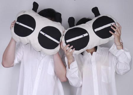 特别是那一圈黑色的熊猫眼,可是这可爱的熊猫眼如果放在我们身上就不